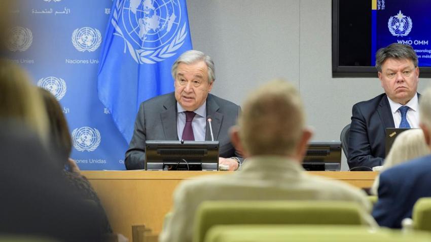 Fotografía cedida por la ONU donde aparece su secretario general, António Guterres (i), mientras habla junto al secretario general de la Organización Meteorológica Mundial (OMM), Petteri Taalas (d), durante una conferencia de prensa para presentar la Declaración sobre el estado del clima celebrada este martes en la sede del organismo internacional en Nueva York (EE.UU.).