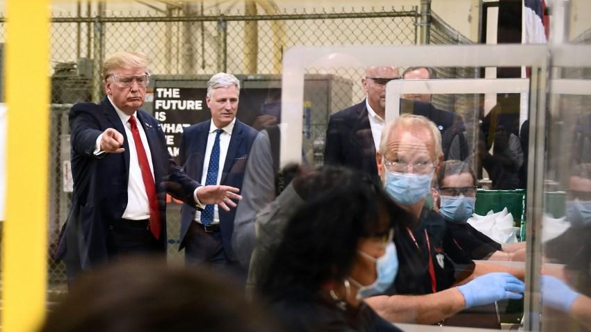 Trump no usa mascarilla durante visita a fábrica que las produce ...