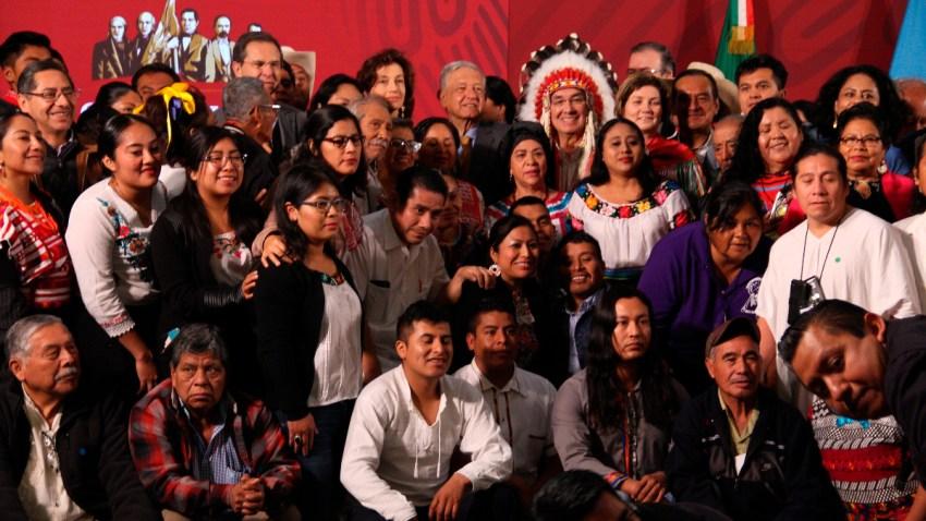 AMLO posa con representantes indígenas