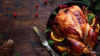 Foto de un pavo entero cocinado servido sobre una mesa.