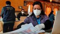 Bolivianos eligen alcaldes y gobernadores en segundas elecciones en pandemia