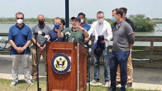 Congresistas hablando frente a un podio.