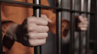 Reo dentro de celda en cárcel