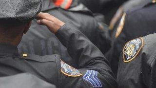 Los agentes de policía se reúnen en el funeral de un oficial que murió.