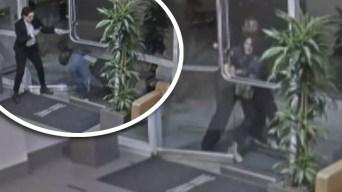Aterrador video: atacan a mujer a la puerta de su vivienda