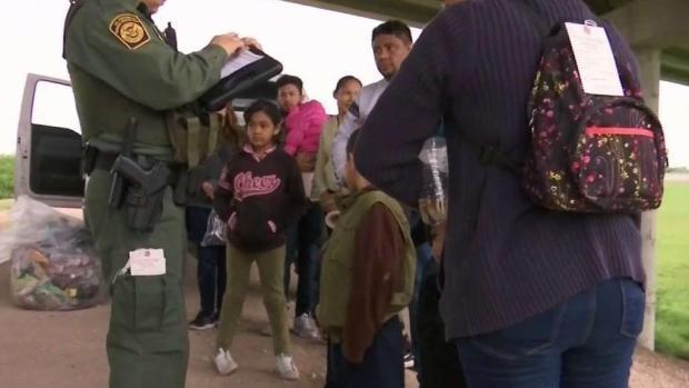 """[TLMD - McAllen] Investigan """"reciclaje de niños"""" en la frontera"""