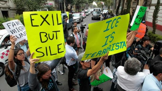México recibe a Pompeo entre protestas y abrazos
