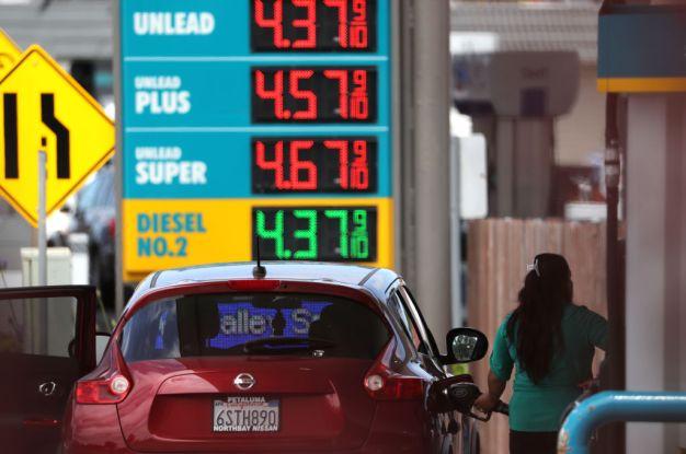 Gobernador quiere investigar altos precios de gasolina en CA